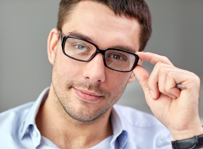 商人画象在镜片的在办公室 免版税库存照片