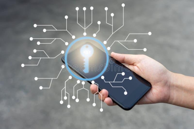 商人Infographics打开智能手机屏幕为那里企业使用是秘密对数据保密 安全加密 库存图片