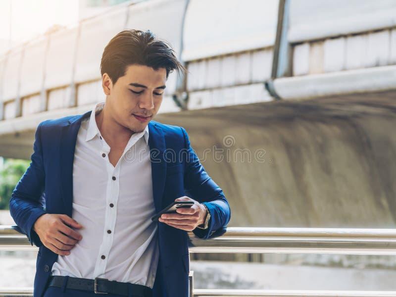 商人smartphone使用 免版税库存图片