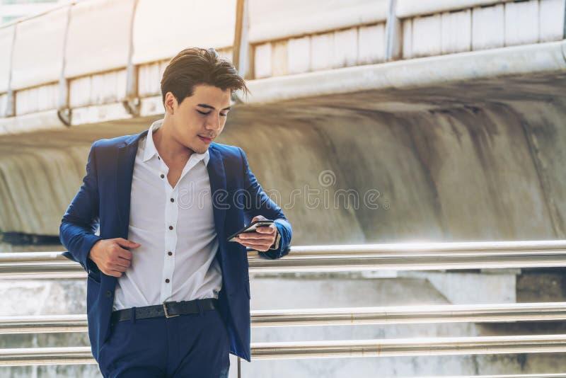 商人smartphone使用 库存图片