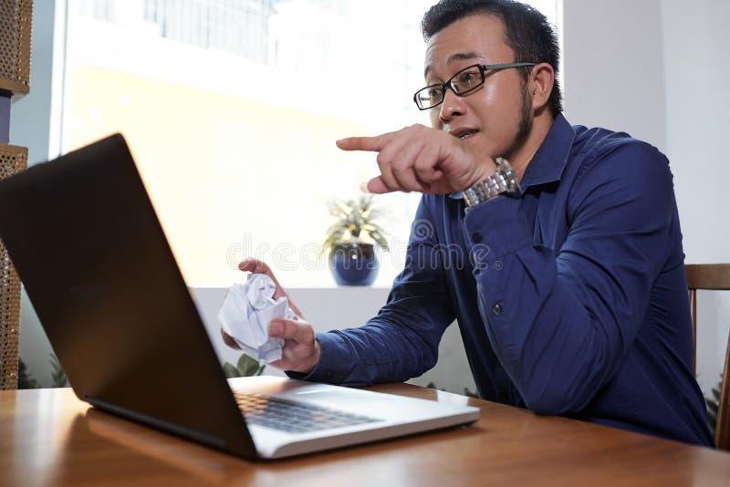 商人videocalling的工友 免版税库存照片