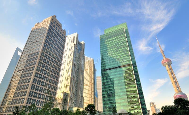Download 商务中心瓷地标上海 图库摄影片. 图片 包括有 城市, 拱道, 早晨, 街市, 地标, 颜色, 横向, 立场 - 22353602
