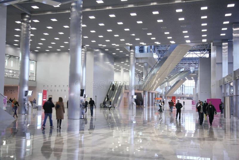 Download 商务中心 库存图片. 图片 包括有 场面, 走廊, 开放, 未来派, 大理石, 中心, 设计, 自动扶梯, 女演员 - 3658955
