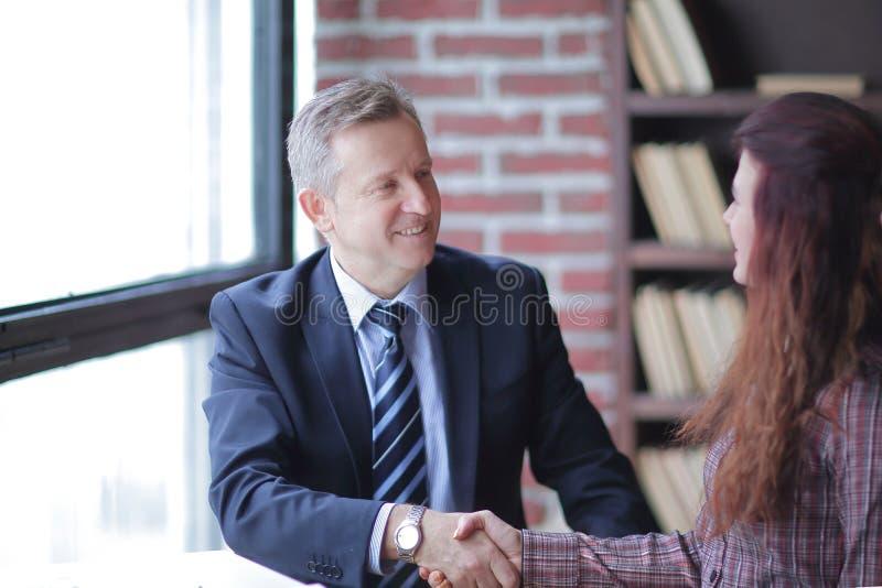 商务伙伴与彼此握手 免版税库存图片