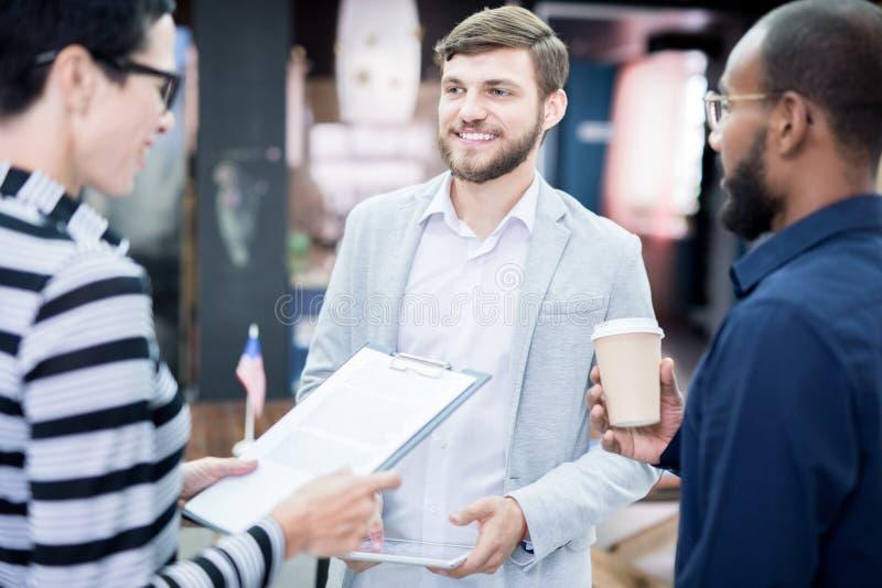 商务伙伴为会议做准备 免版税图库摄影