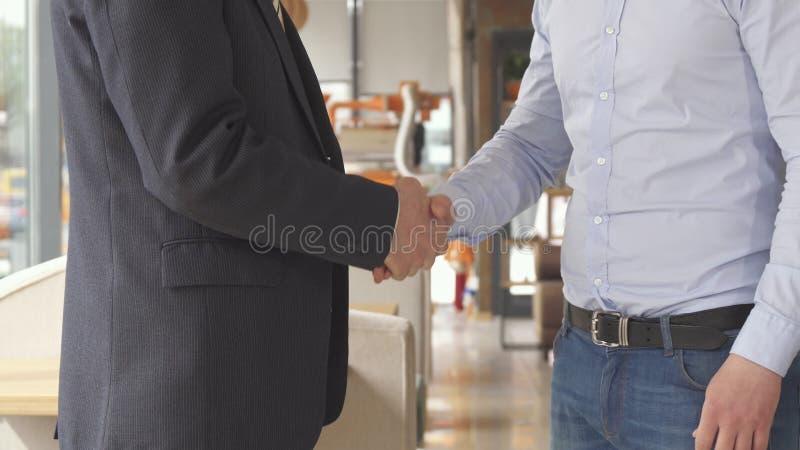 商务伙伴互相提供在咖啡馆发生 免版税库存图片