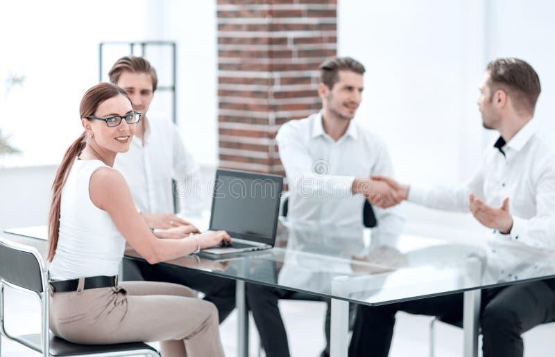 商务伙伴在办公室做一个成交 免版税库存图片