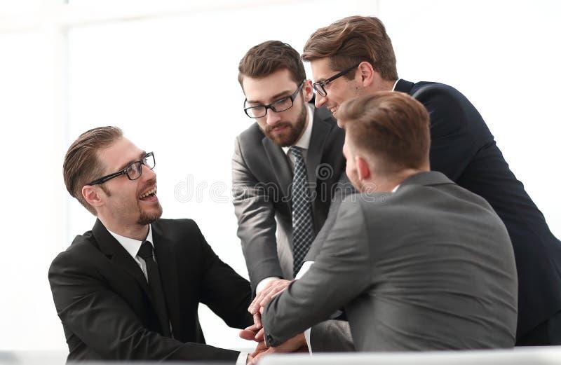 商务伙伴打手势展示他们的全体一致 免版税库存图片