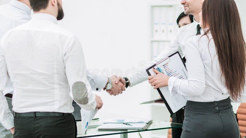 商务伙伴握手办公室工作者背景的  免版税库存照片