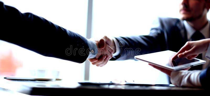 商务伙伴握手在会议上在办公室 库存图片