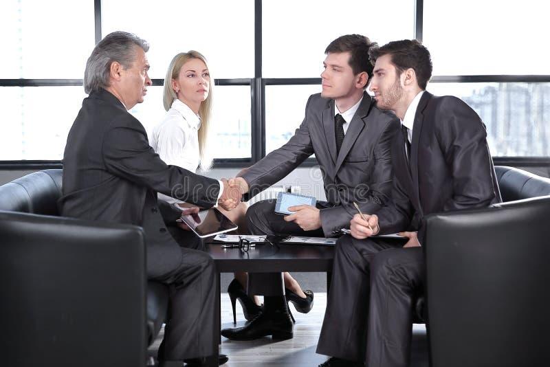 商务伙伴握手在工作会上 合作的概念 免版税库存照片