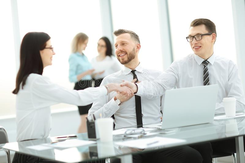 商务伙伴握手在桌上在商业中心 免版税库存照片