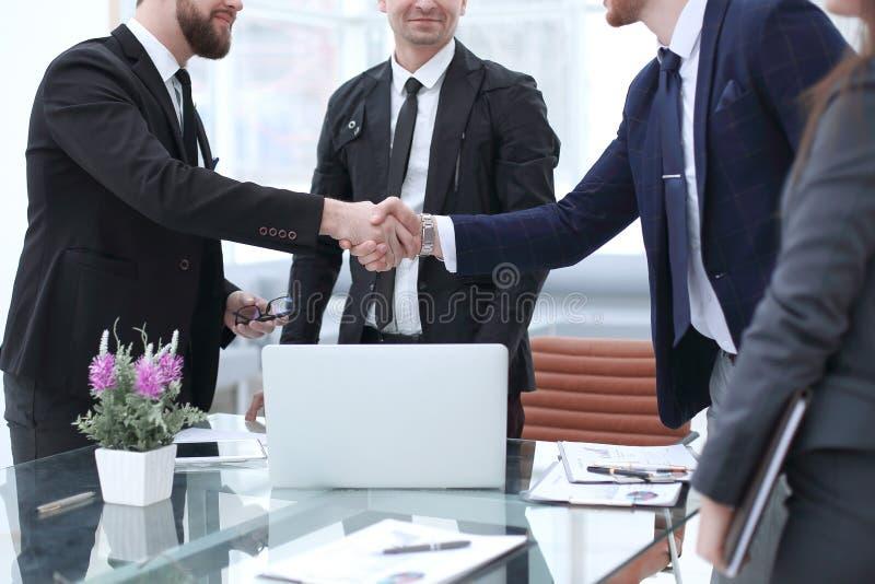 商务伙伴握手在讨论,财务项目以后的 免版税库存照片