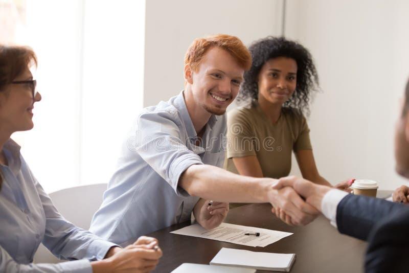 商务伙伴握手得到熟悉在见面 库存照片