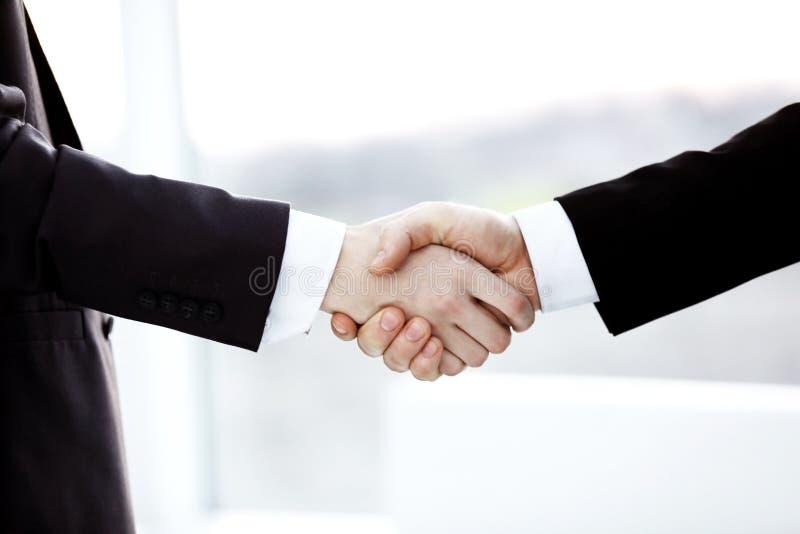 ?? 商务伙伴握手被弄脏的背景的 库存图片