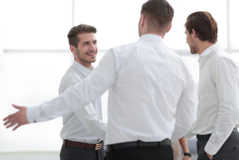 商务伙伴欢迎和握手  库存图片