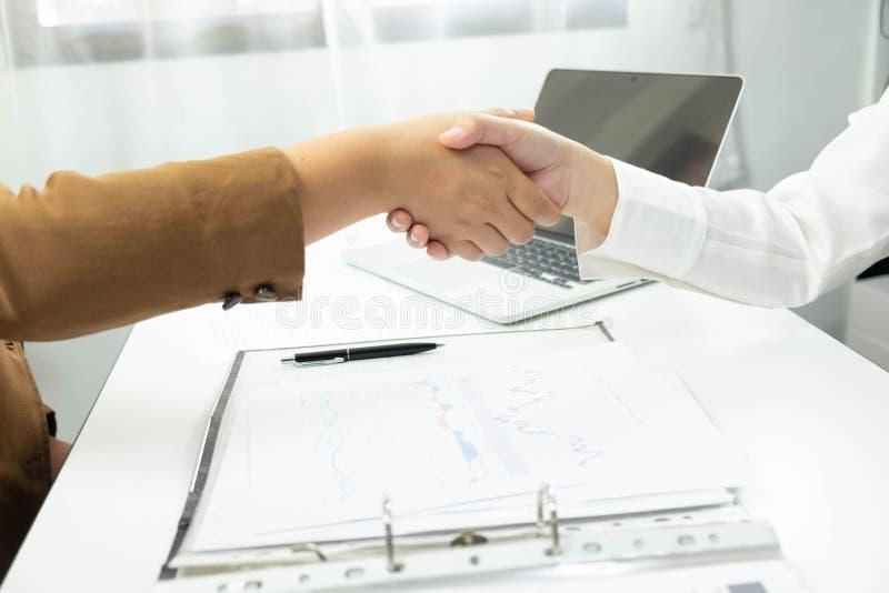 商务伙伴特写镜头握手的和 手握手的商人和妇女 图库摄影