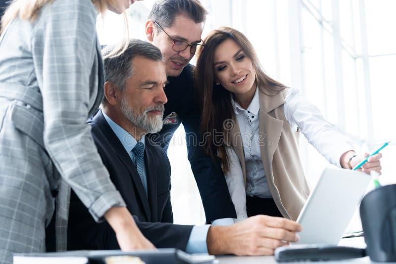 商务伙伴的图象谈论文件和想法在会议上 库存图片