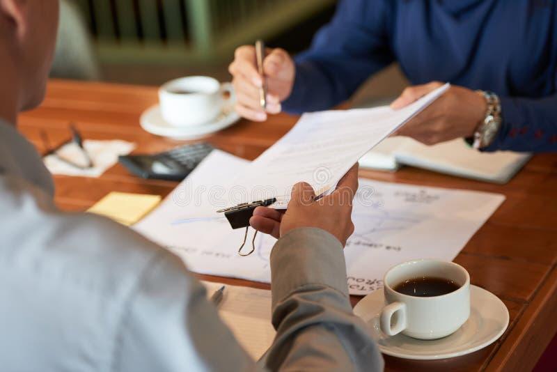 商务伙伴的有生产力的交涉 免版税库存照片