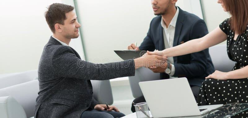 商务伙伴确信的握手在业务会议上 库存图片