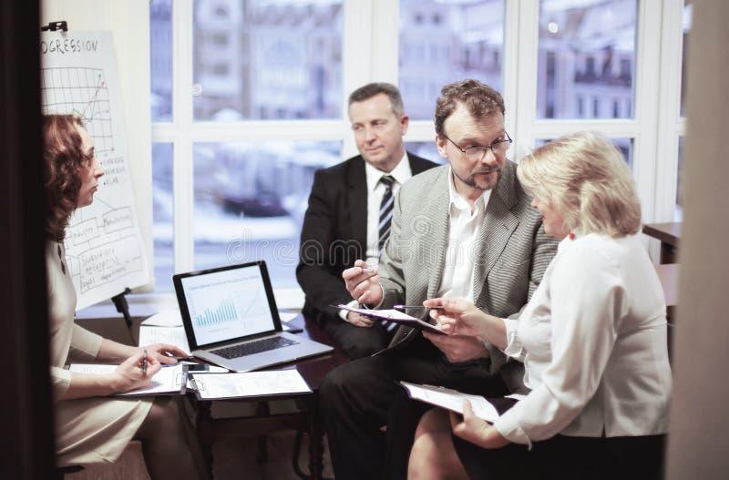 商务伙伴谈论合同期在办公室 图库摄影