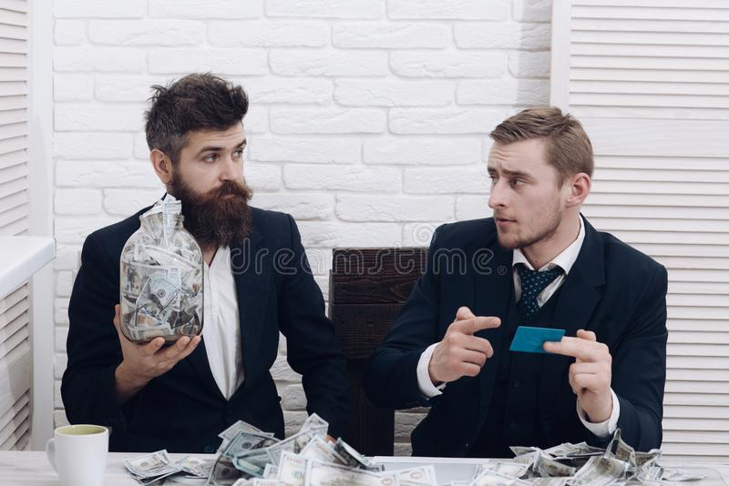 商务伙伴,商人在会议上在办公室 有胡子的有瓶子的经理和同事现金和卡片 库存图片