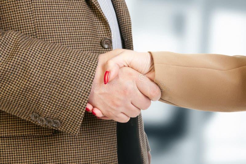 商务伙伴握手照片在醒目的成交以后的 免版税图库摄影