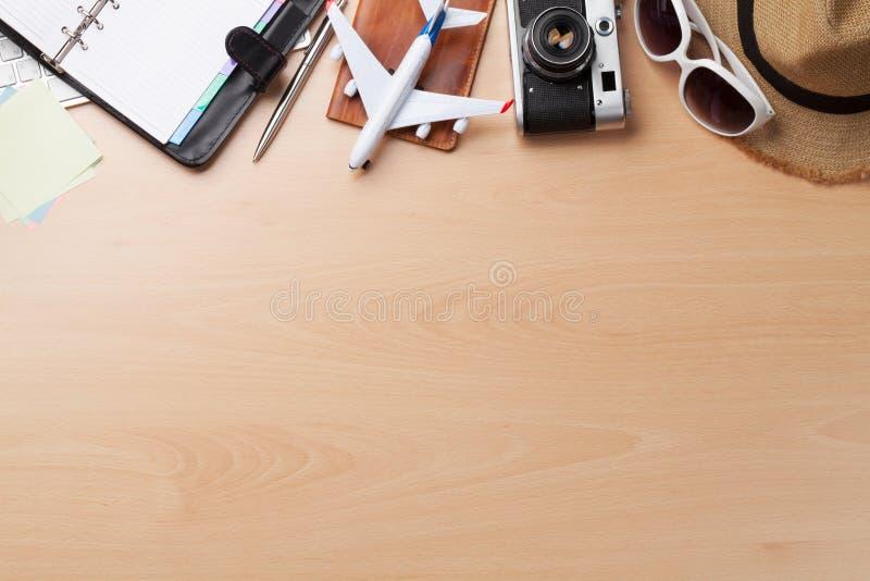 商务旅行概念 在书桌桌上的辅助部件 库存照片