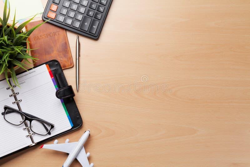 商务旅行概念 在书桌桌上的辅助部件 免版税图库摄影