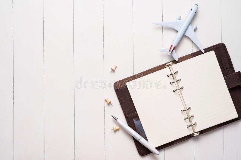 商务旅行概念 飞机和空白开放笔记本您的 免版税库存图片