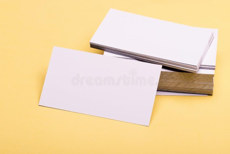 商务联系概念 在黄色背景的名片堆 在白色的名片 免版税库存照片