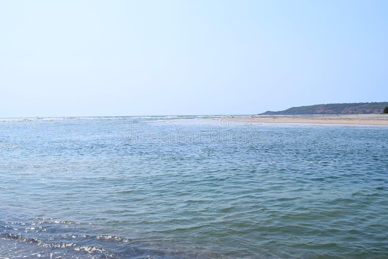 商品海滩大海-一个平静和原始海滩在Ganpatipule,拉特纳吉里,马哈拉施特拉,印度 库存图片