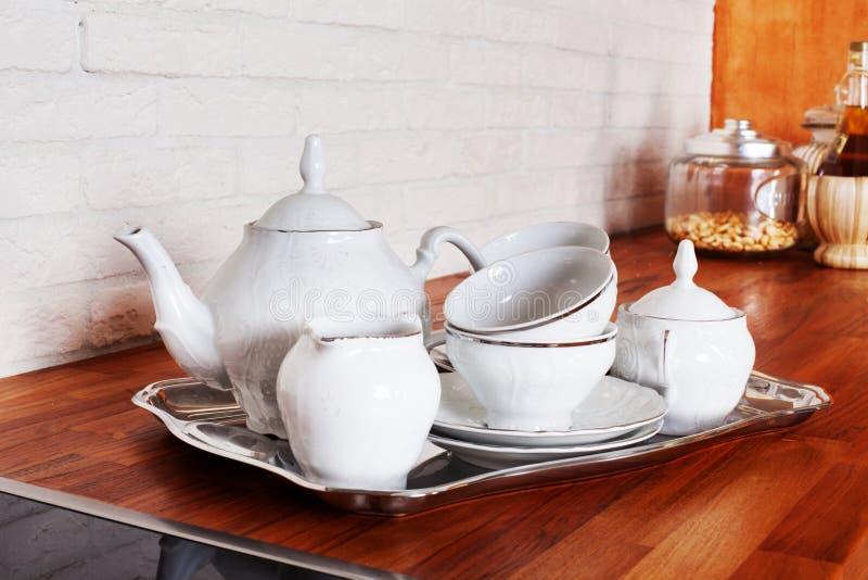商品茶杯集合金属服务银盘子内部家庭厨房美丽的普罗旺斯样式瓷 免版税库存图片