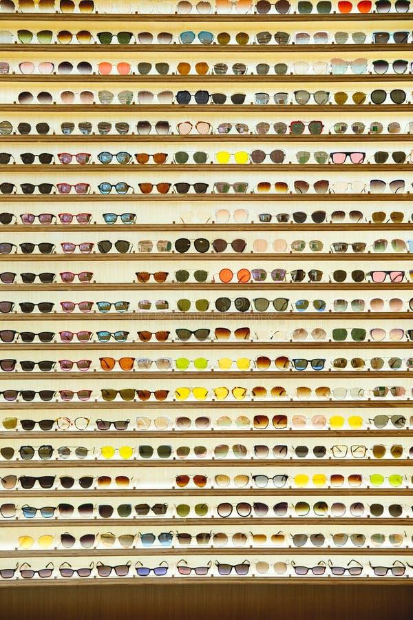 商场中太阳镜店展示的质感 免版税库存照片
