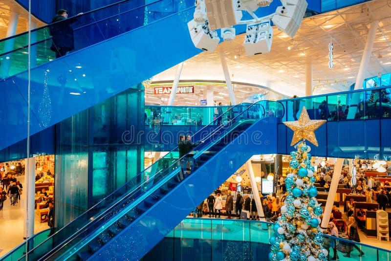 商场,现代购物中心,由许多人民参观在圣诞节季节期间在马尔摩,瑞典 免版税库存照片