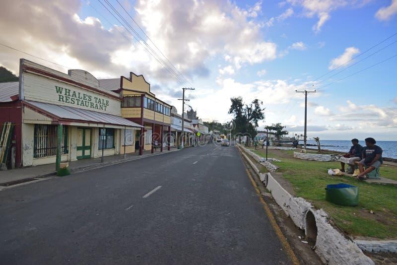 商店、主路聊天在日落附近的海滩街道&地方斐济语行在Levuka, Ovalau海岛,斐济 图库摄影