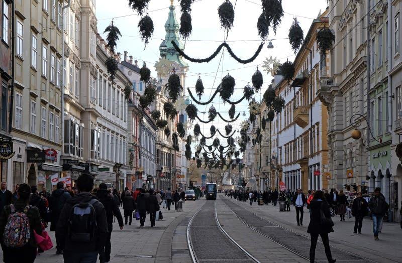 商店和电车在Herrengasse排行在格拉茨 免版税库存图片
