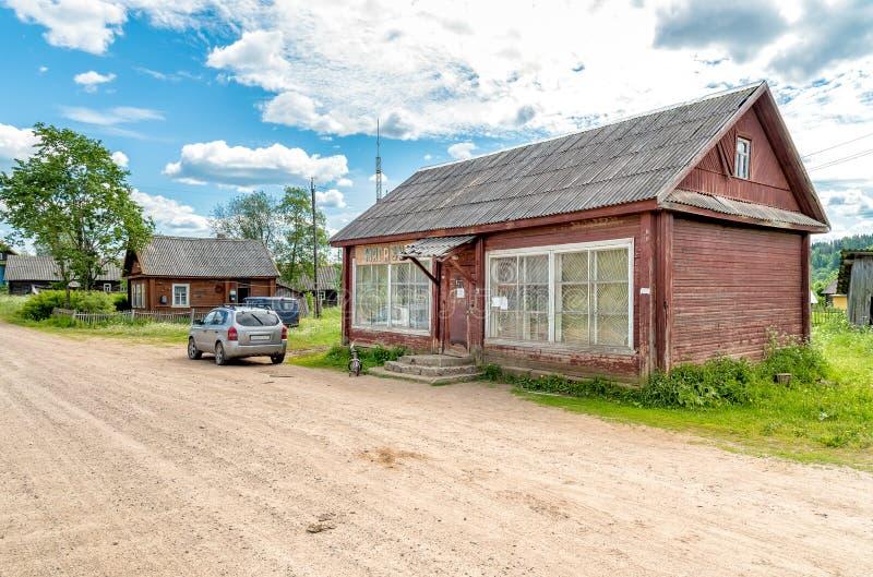 商店在一个老木房子,俄罗斯里 免版税库存照片