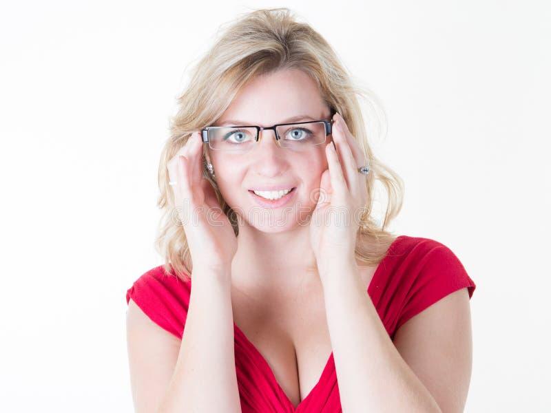 商店眼镜师尝试的镜片的妇女 图库摄影