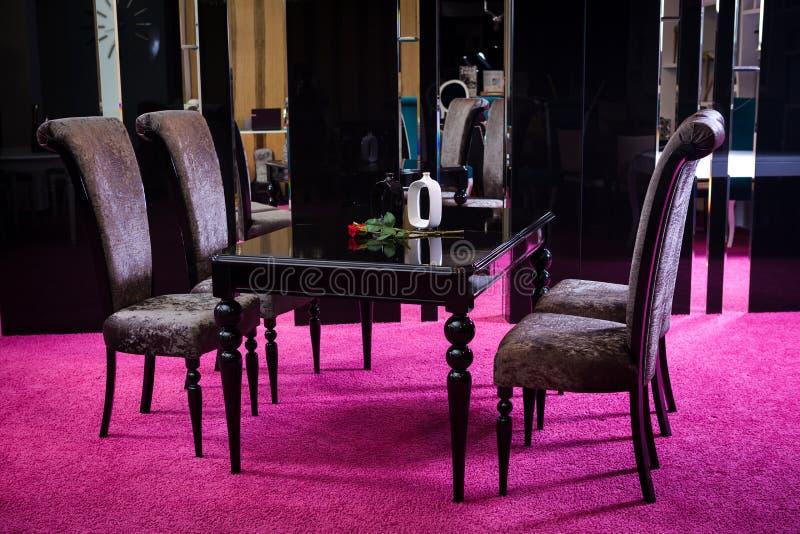 商店,家具销售在销售区域的 餐桌是与barchannyh四椅子的黑光滑的颜色在镜子背景a 免版税图库摄影