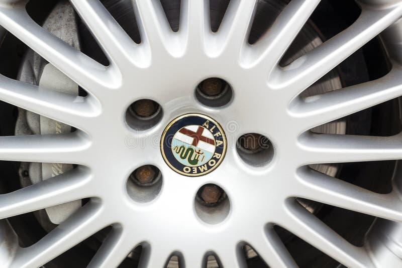 商标特写镜头视图在合金轮子汽车阿尔法・罗密欧的 免版税库存图片