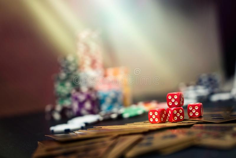 啤牌五颜六色的赌博娱乐场轮盘赌芯片  免版税库存图片