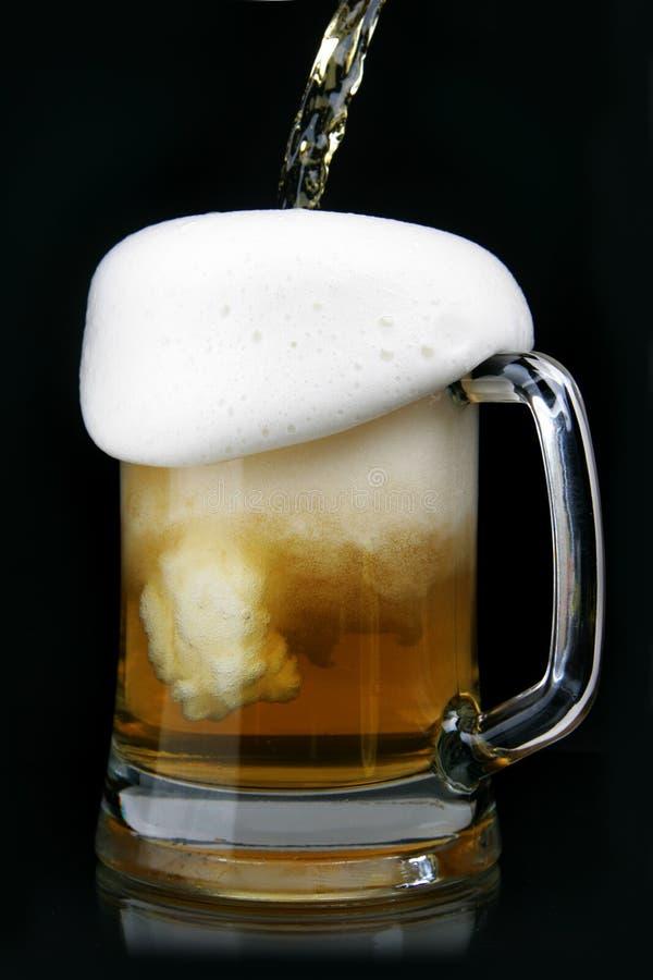 啤酒倾吐 免版税图库摄影