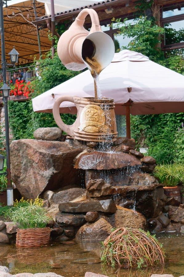 啤酒厂` u Juozas ` HBH,雕塑水倾吐从水罐的,风景设计 库存照片