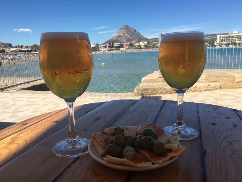 啤酒和塔帕纤维布在Javea西班牙 库存图片