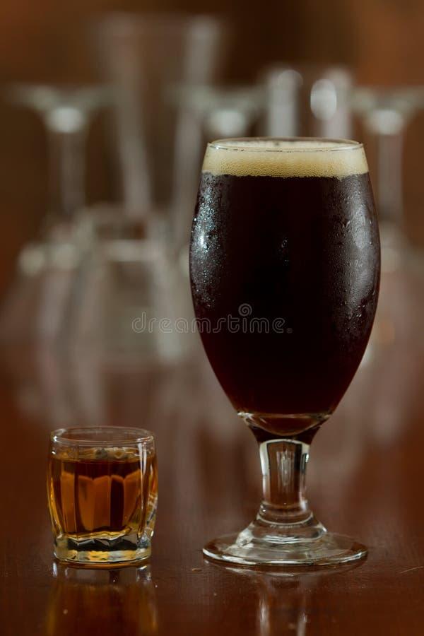 啤酒和射击 免版税库存图片
