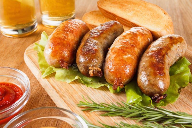 啤酒和烤香肠 慕尼黑啤酒节传统菜单 免版税图库摄影
