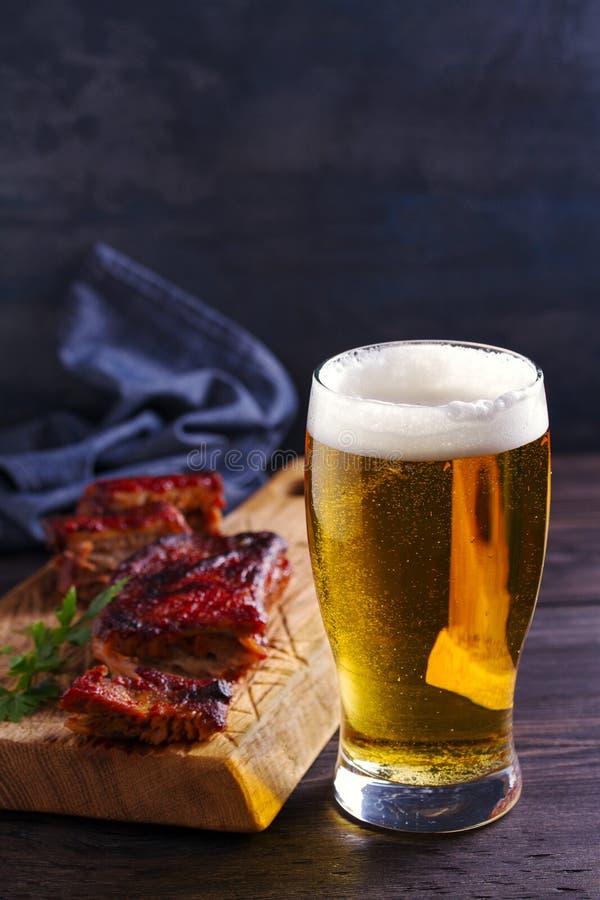 啤酒和猪肉排骨 啤酒和肉 杯强麦酒 免版税图库摄影