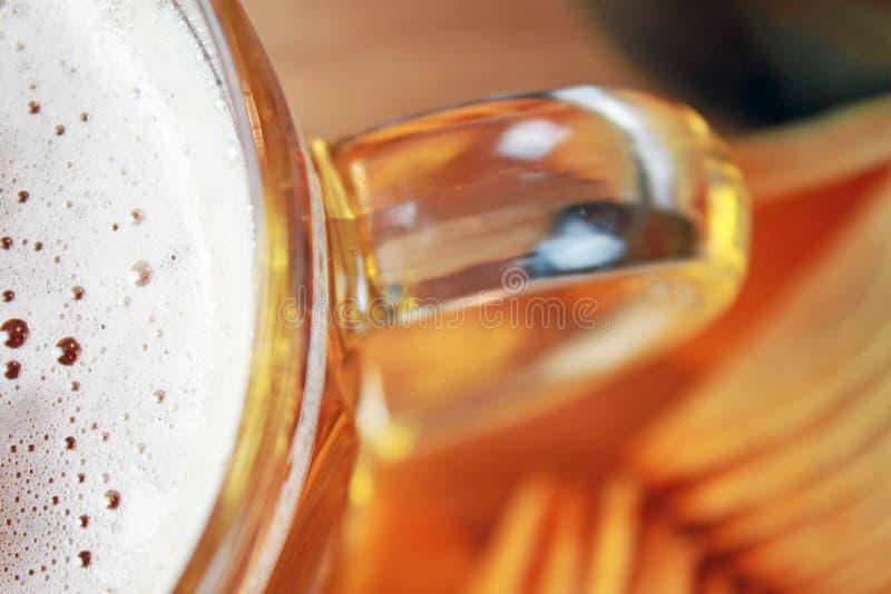 啤酒和筹码 库存照片