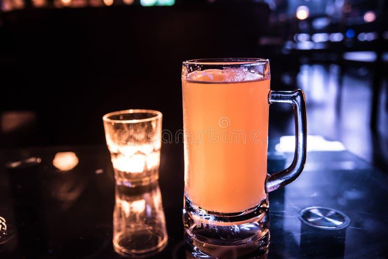 啤酒和蜡烛草  库存照片